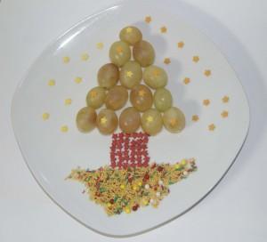 Árbol de navidad creado con uvas