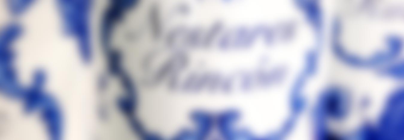 Detalle de la botella IN 1.0 Vitis Vinifera, desenfocado :: © Bodegas Nestares Rincón