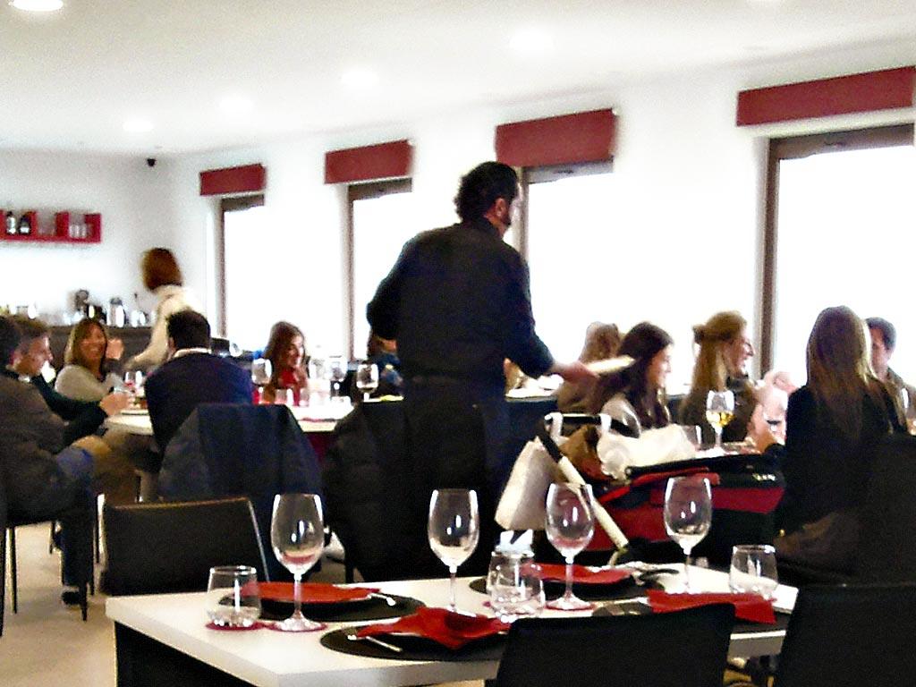 Restaurante Alpujárride a pleno funcionamiento :: © Bodegas Nestares Rincón